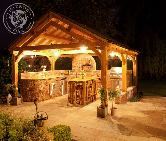 Radnor Oak garden pavilion with pizza oven